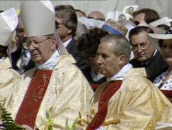 Mons. Alvaro del Portillo și Mons. Javier Echevarría în timpul omilii
