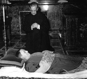Na imagem, Dom Álvaro reza junto aos restos mortais de São Josemaria, na Igreja prelatícia de Santa Maria da Paz, no próprio dia em que faleceu