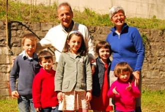 Fausta mit ihrem Mann und fünf  von 12 Enkelkindern.