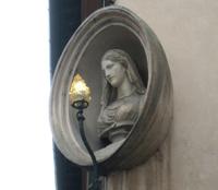 Di fronte alla Fontana di Trevi