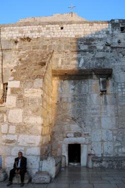 La porta della basilica della Natività è alta solo un metro e mezzo. Foto: Leobard Hinfelaar.