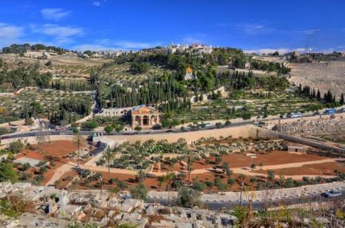 Vue panoramique du torrent Cédron et du Jardin des Oliviers prise de Jérusalem. Signée: www.biblewalks.com
