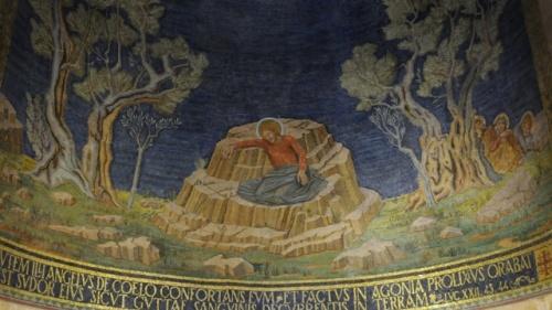 In der zentralen Apsis ist Jesus im Gebet dargestellt. Firma: Leobard Hinfelaar.