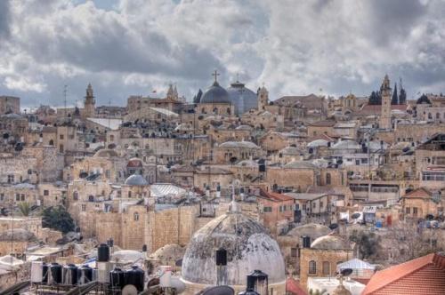 Les coupoles de la basilique du Saint Sépulcre surplombent tous les édifices de la Vieille Ville.  Photo: Berthold Werner