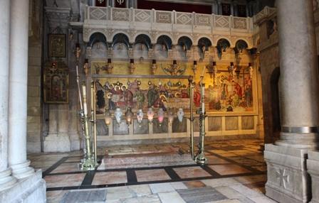 En entrant au Saint-Sépulchre, le pèlerin trouve tout de suite la Pierre de l'Onction. Photo: Alfonso Puertas