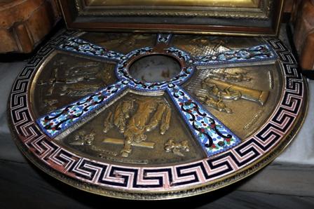 Sous l'autel du Calvaire, un cercle en argent pour montrer  l'endroit où fut dressée la Croix. Photo : Leobard Hinfelaar.