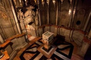 Piedistallo con un frammento della roccia che chiudeva l'ingresso del Sepolcro, nella Cappella dell'Angelo