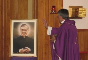O Pe. Pedro abençoa a imagem de S. Josemaria