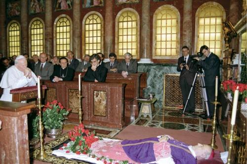 Johannes Paul II.  vor dem Leichnam von Alvaro del Portillo