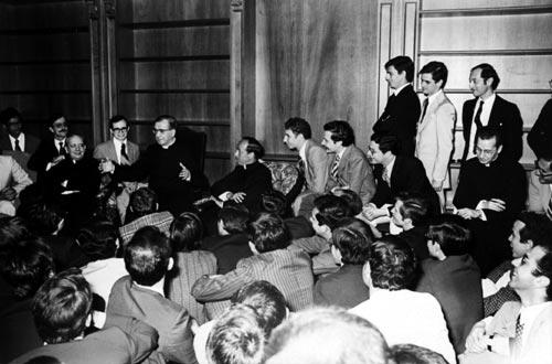 Saint Josémaria, avec des jeunes gens, deux semaines avant son décès