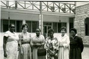 Mary e Olga com Mrs. Gichuru, Margaret Kenyatta e outras amigas que visitaram Strathmore, em 1961