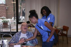 Ältere Mädchen nehmen an freiwilligen  Hilfsprojekten teil