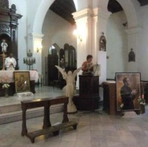 Für die Messe wurde ein Bild des hl. Josefmaira aufgestellt