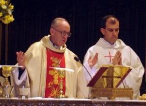 Mons. Jorge Bergoglio și Pr. Patricio Olmos în Catedrala din Buenos Aires, la sărbătoarea Sfântului Josemaría.