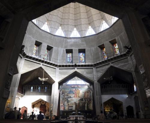Unter der Kuppel öffnet sich ein Raum zur Krypta und der Verkündigungsgrotte hin.    Foto: Leobard Hinfelaar.
