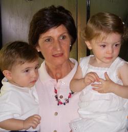 María Marta com dois dos seus seis netos