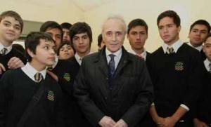 Les jeunes musiciens de l'orchestre de Nocedal entourent José Carreras