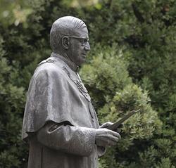 Statue de saint Josémaria dans la cour intérieure de l'édifice central de l'Université de Navarre