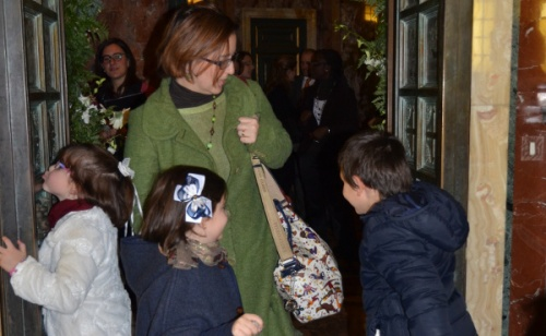 Rodzina przechodząca przez Drzwi Święte