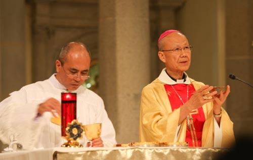 Dr. Mandia (Priester des Opus Dei)  mit dem Bischof von Hong Kong, Msgr. John Tong