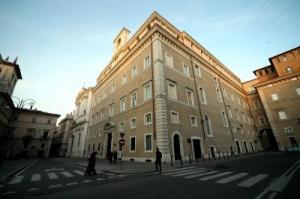 Die Fassade der Universität vom Heiligen Kreuz in Rom