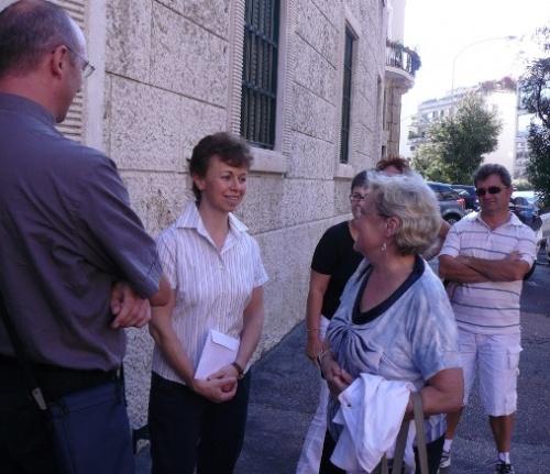 I pellegrini accolti all'ingresso della Chiesa Prelatizia