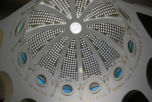 Dieci angeli contornano il tamburo della cupola. Foto: Berthold Werner (Wikimedia Commons).