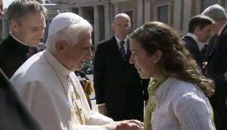 O Papa cumprimenta uma participante do Congresso UNIV.