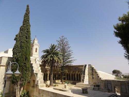 Dal XIX secolo Eleona è curata da una comunità di Carmelitani di fondazione francese, il cui convento è vicino alla grotta del Padre Nostro. Foto: Mattes (Wikimedia Commons).