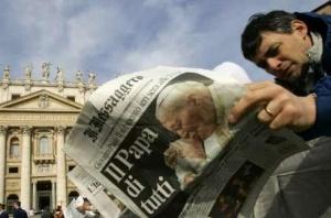 """""""O Papa de todos"""", um dos títulos na imprensa do dia a seguir ao falecimento de João Paulo II"""