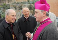 Aartsbisschop Giovanni Tonucci en bisschop Javier Echevarría.
