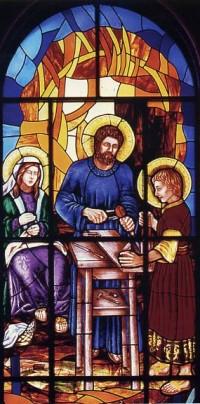 Das Glasfenster mit der Darstellung der Heiligen Familie