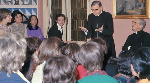 """Św. Josemaría i bp. Álvaro del Portillo podczas spokania <br> z młodzieżą w """"Villa Sacchetti"""" (Rzym)"""