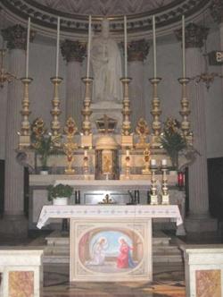 Altare principale della chiesa di San Sisto II Papa e Martire, dove celebrò san Josemaría