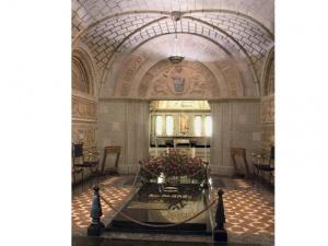 In de crypte staat de graftombe waarin de stoffelijke resten van de heilige Jozefmaria rustten van 1975  tot 1992. Op de grafsteen staat EL PADRE. Nu rust het lichaam van mgr. Álvaro del Portillo er, de eerste opvolger van de stichter van het Opus Dei.