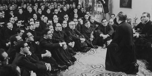 Der hl. Josefmaria bei einem Treffen mit Priestern