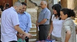 Nach der Messe zu Ehren des hl. Josefmaria in Beirut am 26. Juni 2011 kauften viele Leute das neue Buch