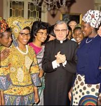 S. Josemaría em Roma com algumas mulheres africanas do Opus Dei