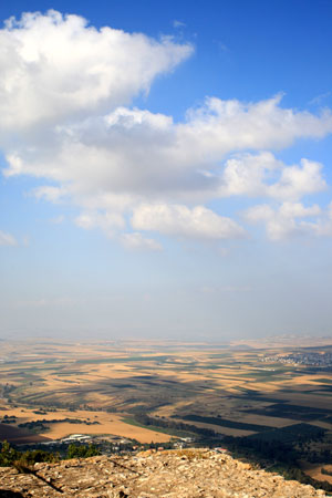 Vom Gipfel des Tabor weitet sich der Blick auf die bebauten Felder der Esdrelon-Ebene. Foto: Benjamín E. Wood (Flickr).