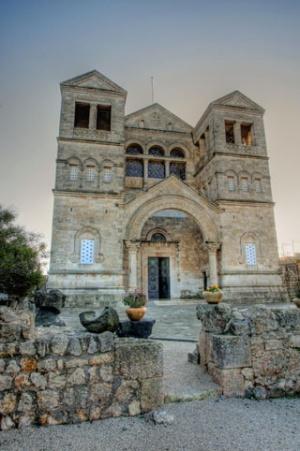 Die Basilika wurde 1924 fertig gestellt. Ihre Architektur inspiriert sich an den Kirchen Alt- Syriens, sowohl was die Fassade als auch was die Inneneinrichtung angeht. Foto: Derek Winterburn (Flickr).