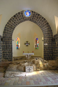 La pietra su cui il Signore avrebbe mangiato con i discepoli è conservata all'interno della chiesa. Foto: Berthold Werner – Wikimedia Commons.
