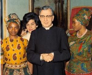 Roma, 1968 - São Josemaria com Mary Mumbua e Florence Auma, as duas primeiras mulheres africanas que decidiram pedir a admissão no Opus Dei