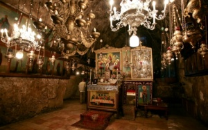 Au centre de la nef, un autel couvre le sépulcre où, selon la tradition, les Apôtres déposèrent le corps de la Sainte Vierge avant son Assomption. Photo : Svetlana Grechkina (Flickr).
