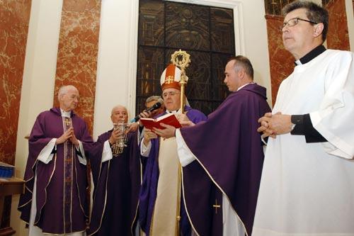 Photo de la bénédiction. Au centre, avec l'archevêque,  l'abbé Molinero, curé de la paroisse Saint-Josémaria à Valencia, maître de cérémonie en cette occasion.