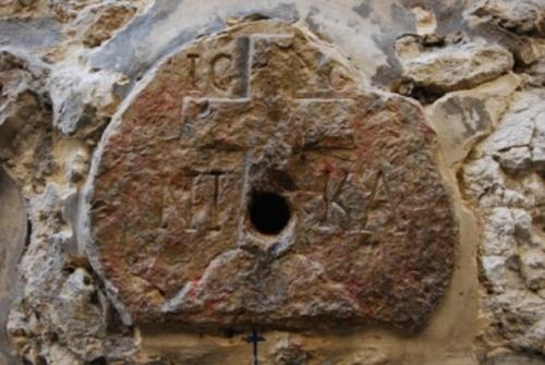An der Stelle der achten Station ist ein kleiner runder Stein eingelassen, der mit einem Kreuz und eingemeißelten Schriftzeichen versehen ist: Jesus Christus siegt. Firma: Alfred Driessen.