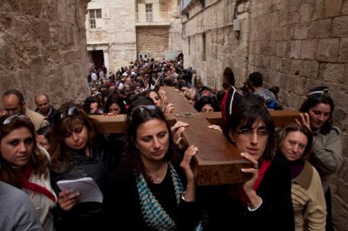 Karfreitagsprozession durch die Via Dolorosa mit Gläubigen aus Jerusalem. Firma: Marie-Armelle Beaulieu/CTS.