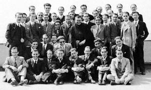 Der heilige Josemaría mit Bewohnern der Akademie DYA.