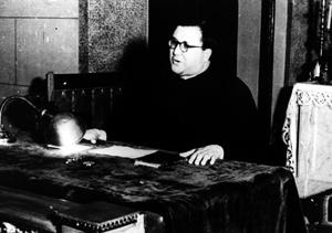 Der heilige Josemaría hält eine Betrachtung; damals war er aufgrund seiner Diabetes sehr korpulent.