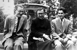 Der heilige Josemaría mit zweien seiner geistlichen Söhne aus Irland und Ecuador.