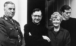 De heilige Jozefmaria met de ouders van een Ierse zoon